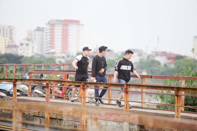 Nườm nượp người tập thể dục trên cầu Long Biên chiều cuối tuần - Ảnh 6.