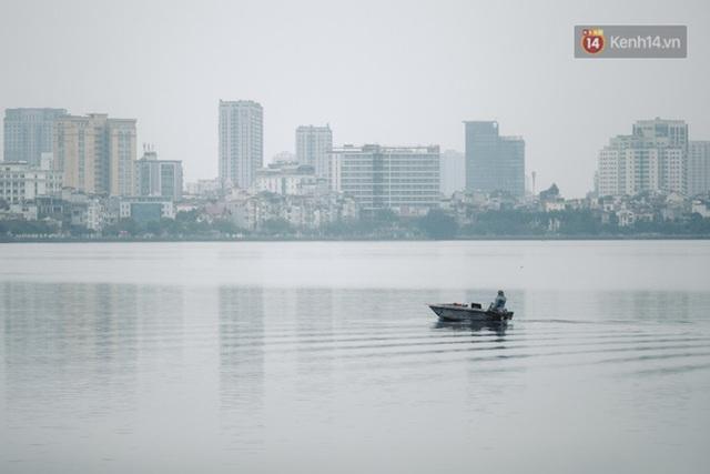 Chùm ảnh: Hà Nội đón mưa dày hạt do không khí lạnh, đường phố càng thêm vắng vẻ giữa những ngày cách ly xã hội - Ảnh 7.