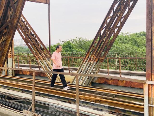 Nườm nượp người tập thể dục trên cầu Long Biên chiều cuối tuần - Ảnh 7.