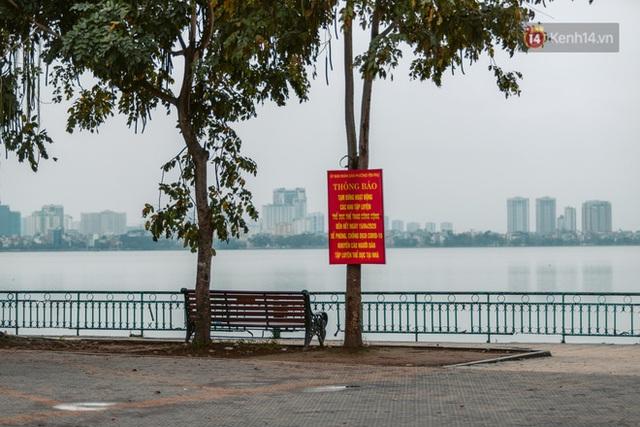 Chùm ảnh: Hà Nội đón mưa dày hạt do không khí lạnh, đường phố càng thêm vắng vẻ giữa những ngày cách ly xã hội - Ảnh 8.