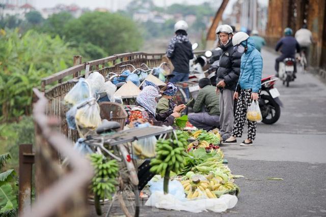 Nườm nượp người tập thể dục trên cầu Long Biên chiều cuối tuần - Ảnh 8.