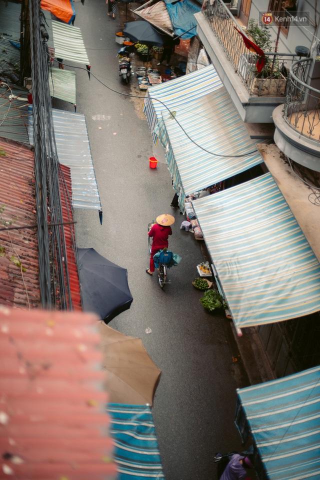 Chùm ảnh: Hà Nội đón mưa dày hạt do không khí lạnh, đường phố càng thêm vắng vẻ giữa những ngày cách ly xã hội - Ảnh 9.
