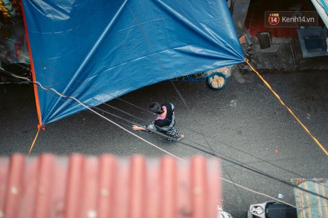 Chùm ảnh: Hà Nội đón mưa dày hạt do không khí lạnh, đường phố càng thêm vắng vẻ giữa những ngày cách ly xã hội - Ảnh 10.