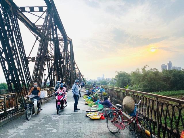 Nườm nượp người tập thể dục trên cầu Long Biên chiều cuối tuần - Ảnh 10.