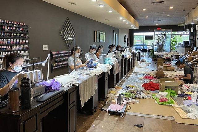 Đài truyền hình Mỹ ca ngợi loạt tiệm nail Việt Nam ủng hộ găng tay, khẩu trang cho các bệnh viện và mở xưởng may đồ bảo hộ cho nhân viên y tế - Ảnh 2.