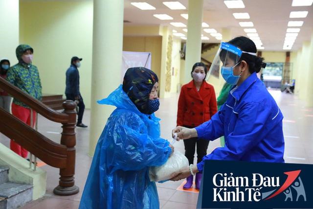 Ảnh: Cây ATM nhả gạo miễn phí thứ 2 xuất hiện ở Hà Nội, người lao động nghèo phấn khởi đội mưa rét đến nhận - Ảnh 11.