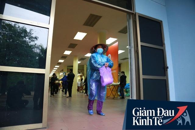 Ảnh: Cây ATM nhả gạo miễn phí thứ 2 xuất hiện ở Hà Nội, người lao động nghèo phấn khởi đội mưa rét đến nhận - Ảnh 12.