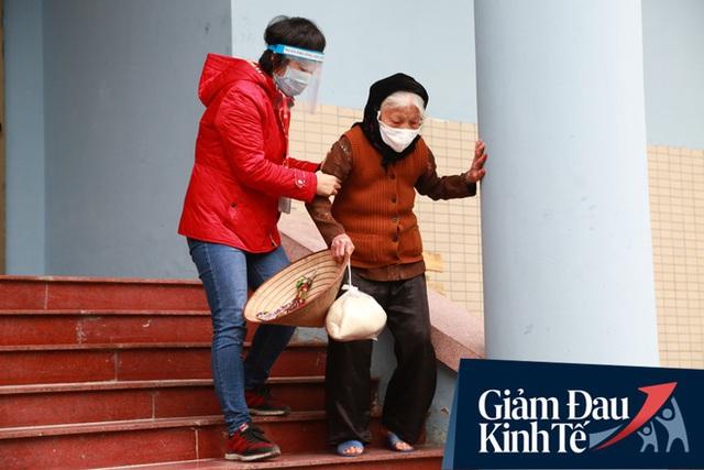 Ảnh: Cây ATM nhả gạo miễn phí thứ 2 xuất hiện ở Hà Nội, người lao động nghèo phấn khởi đội mưa rét đến nhận - Ảnh 13.