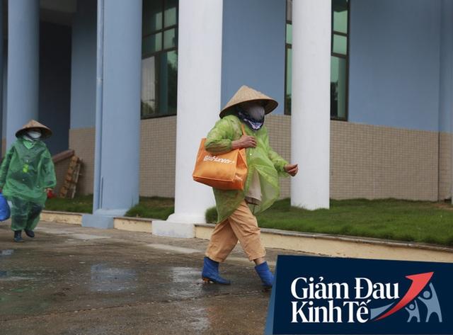 Ảnh: Cây ATM nhả gạo miễn phí thứ 2 xuất hiện ở Hà Nội, người lao động nghèo phấn khởi đội mưa rét đến nhận - Ảnh 14.