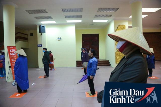 Ảnh: Cây ATM nhả gạo miễn phí thứ 2 xuất hiện ở Hà Nội, người lao động nghèo phấn khởi đội mưa rét đến nhận - Ảnh 7.