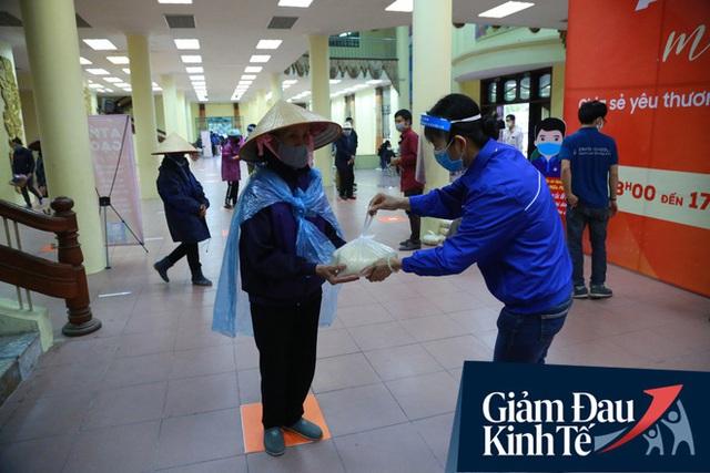 Ảnh: Cây ATM nhả gạo miễn phí thứ 2 xuất hiện ở Hà Nội, người lao động nghèo phấn khởi đội mưa rét đến nhận - Ảnh 9.