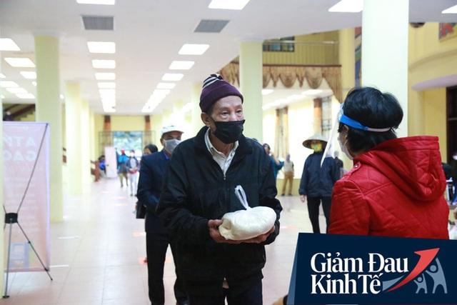 Ảnh: Cây ATM nhả gạo miễn phí thứ 2 xuất hiện ở Hà Nội, người lao động nghèo phấn khởi đội mưa rét đến nhận - Ảnh 10.