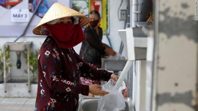 Báo nước ngoài: ATM gạo giúp người nghèo Việt Nam qua nỗi vất vả vì COVID-19 - Ảnh 1.