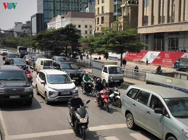 Ngày thứ 14 cách ly xã hội: xe cộ đổ về tại các cửa ngõ ở Hà Nội - Ảnh 2.