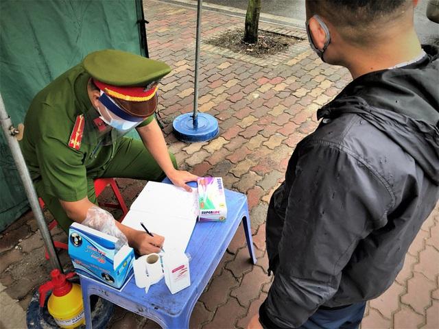 Ngày thứ 14 cách ly xã hội: xe cộ đổ về tại các cửa ngõ ở Hà Nội - Ảnh 12.