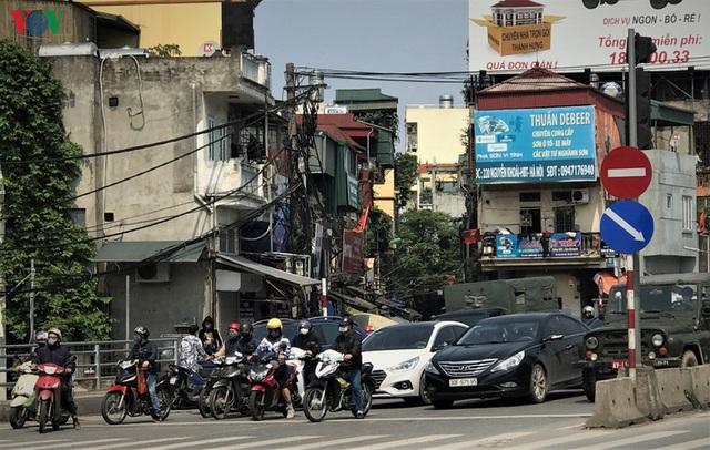 Ngày thứ 14 cách ly xã hội: xe cộ đổ về tại các cửa ngõ ở Hà Nội - Ảnh 3.