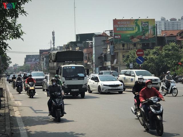 Ngày thứ 14 cách ly xã hội: xe cộ đổ về tại các cửa ngõ ở Hà Nội - Ảnh 4.