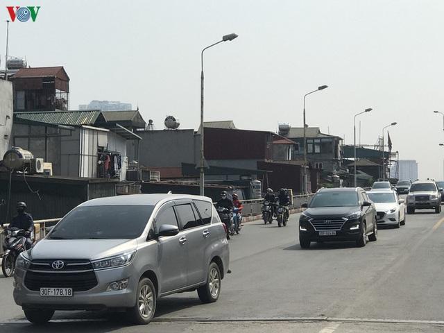 Ngày thứ 14 cách ly xã hội: xe cộ đổ về tại các cửa ngõ ở Hà Nội - Ảnh 5.