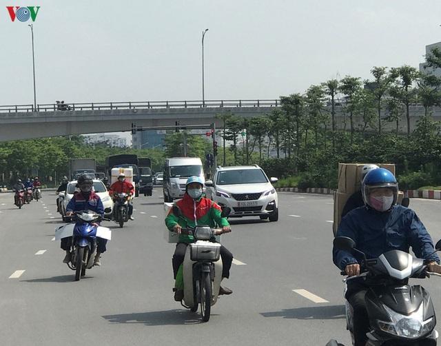 Ngày thứ 14 cách ly xã hội: xe cộ đổ về tại các cửa ngõ ở Hà Nội - Ảnh 7.