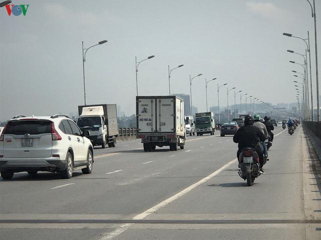 Ngày thứ 14 cách ly xã hội: xe cộ đổ về tại các cửa ngõ ở Hà Nội - Ảnh 8.