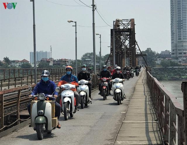 Ngày thứ 14 cách ly xã hội: xe cộ đổ về tại các cửa ngõ ở Hà Nội - Ảnh 9.