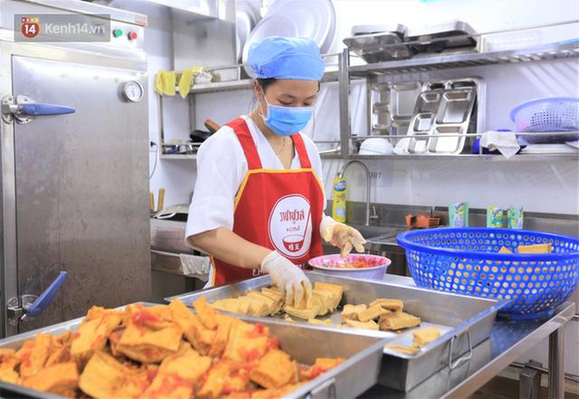 Ấm lòng những suất cơm miễn phí ship tận nơi cho người nghèo ở Đà Nẵng trong mùa dịch Covid-19 - Ảnh 1.