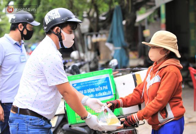 Ấm lòng những suất cơm miễn phí ship tận nơi cho người nghèo ở Đà Nẵng trong mùa dịch Covid-19 - Ảnh 2.