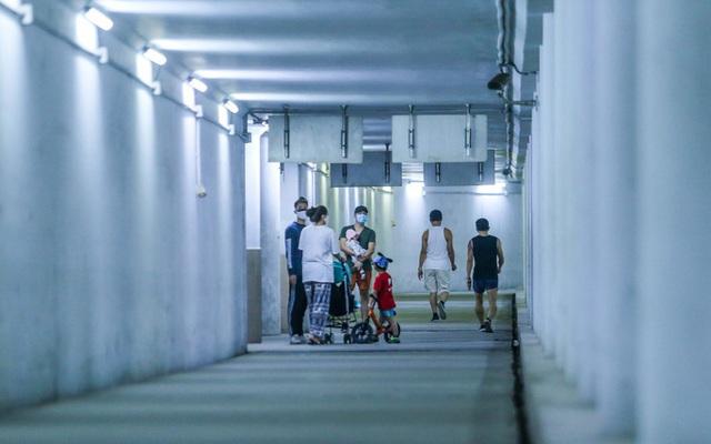 Công viên đóng cửa, người dân xuống hầm đi bộ tập thể dục  - Ảnh 2.