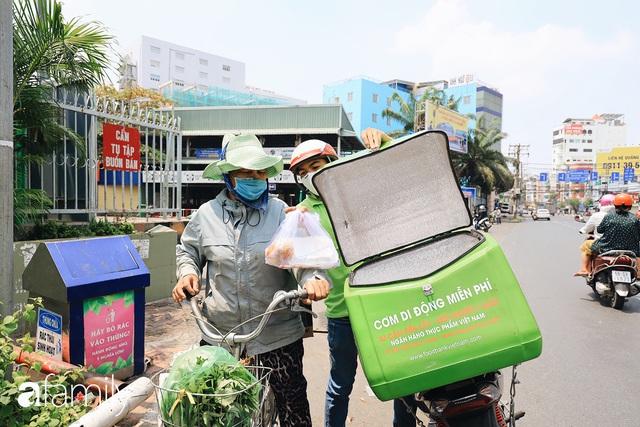 Xúc động với khoảnh khắc cụ ông rơi nước mắt khi nhận phần cơm miễn phí từ ca sĩ Sỹ Luân và hàng cơm di động đầu tiên tại Sài Gòn - Ảnh 11.