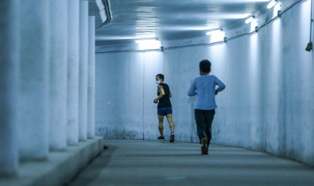 Công viên đóng cửa, người dân xuống hầm đi bộ tập thể dục  - Ảnh 13.