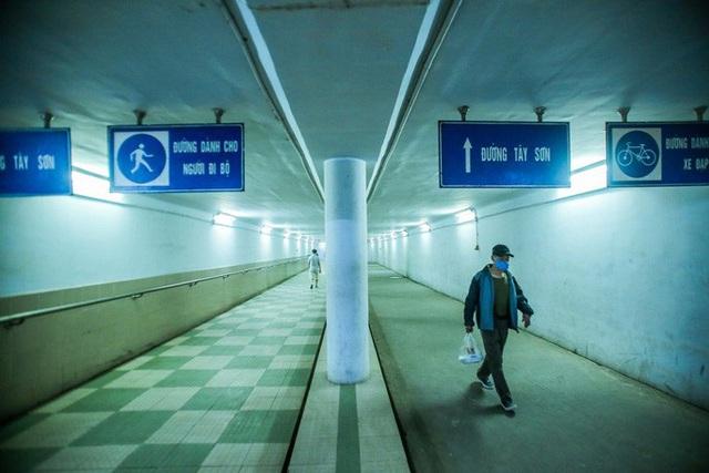 Công viên đóng cửa, người dân xuống hầm đi bộ tập thể dục  - Ảnh 14.