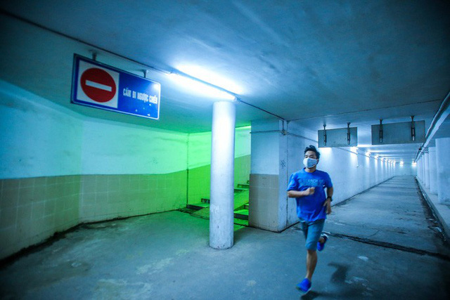 Công viên đóng cửa, người dân xuống hầm đi bộ tập thể dục  - Ảnh 15.