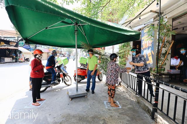 Xúc động với khoảnh khắc cụ ông rơi nước mắt khi nhận phần cơm miễn phí từ ca sĩ Sỹ Luân và hàng cơm di động đầu tiên tại Sài Gòn - Ảnh 15.