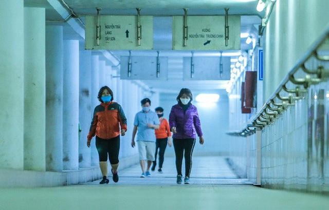 Công viên đóng cửa, người dân xuống hầm đi bộ tập thể dục  - Ảnh 4.