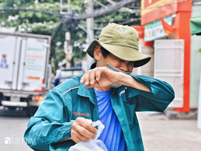 Xúc động với khoảnh khắc cụ ông rơi nước mắt khi nhận phần cơm miễn phí từ ca sĩ Sỹ Luân và hàng cơm di động đầu tiên tại Sài Gòn - Ảnh 23.