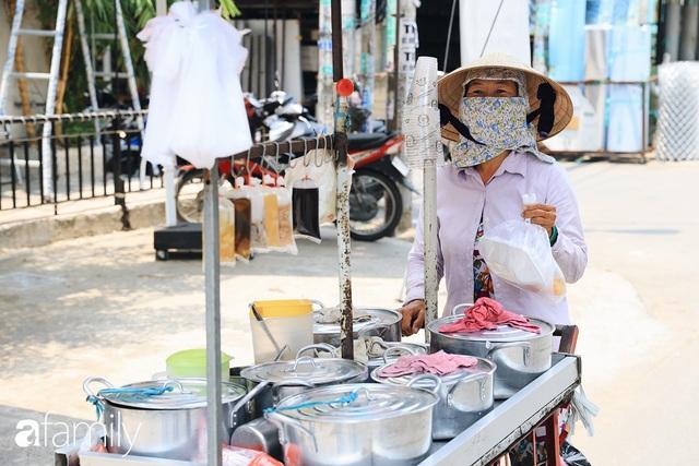 Xúc động với khoảnh khắc cụ ông rơi nước mắt khi nhận phần cơm miễn phí từ ca sĩ Sỹ Luân và hàng cơm di động đầu tiên tại Sài Gòn - Ảnh 25.