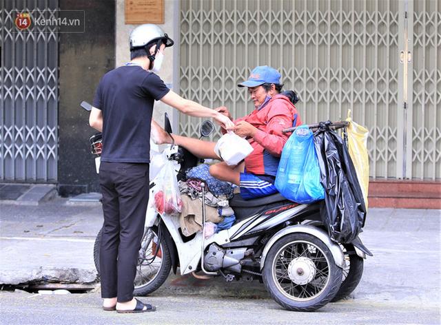 Ấm lòng những suất cơm miễn phí ship tận nơi cho người nghèo ở Đà Nẵng trong mùa dịch Covid-19 - Ảnh 7.