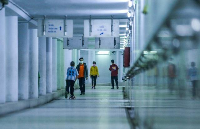 Công viên đóng cửa, người dân xuống hầm đi bộ tập thể dục  - Ảnh 8.