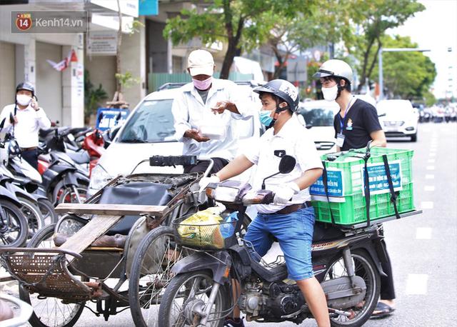 Ấm lòng những suất cơm miễn phí ship tận nơi cho người nghèo ở Đà Nẵng trong mùa dịch Covid-19 - Ảnh 8.