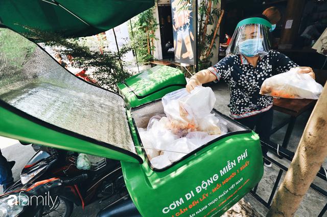 Xúc động với khoảnh khắc cụ ông rơi nước mắt khi nhận phần cơm miễn phí từ ca sĩ Sỹ Luân và hàng cơm di động đầu tiên tại Sài Gòn - Ảnh 8.