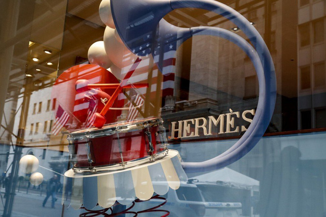 Hấp hối suốt 3 tháng đầu năm vì Covid-19,  các thương hiệu xa xỉ như Burberry, Prada, Hermès... loay hoay tìm cách vực dậy: Thay đổi là lối thoát duy nhất để tồn tại - Ảnh 2.