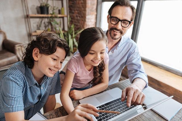 Áp dụng nguyên tắc 3C này, phụ huynh sẽ không còn phải đau đầu vì con cái cứ dán mắt vào màn hình suốt kỳ nghỉ tránh dịch - Ảnh 2.
