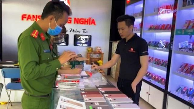 Phát hiện 3 cửa hàng, siêu thị bán hàng chục chiếc Iphone lậu ở Quảng Bình - Ảnh 1.