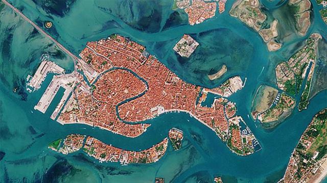 Venice trước và sau khi phong tỏa vì Covid-19 nhìn từ vũ trụ: Biểu tượng nước Ý bỗng trong xanh, sạch bóng tàu thuyền - Ảnh 1.