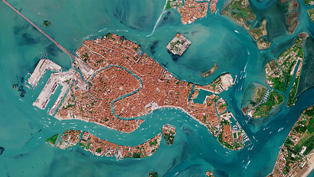Venice trước và sau khi phong tỏa vì Covid-19 nhìn từ vũ trụ: Biểu tượng nước Ý bỗng trong xanh, sạch bóng tàu thuyền - Ảnh 2.