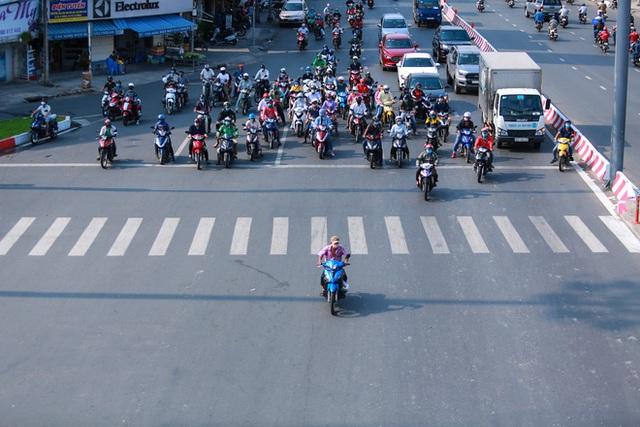 Đường vắng, người dân ở Sài Gòn vô tư vượt đèn đỏ - Ảnh 1.
