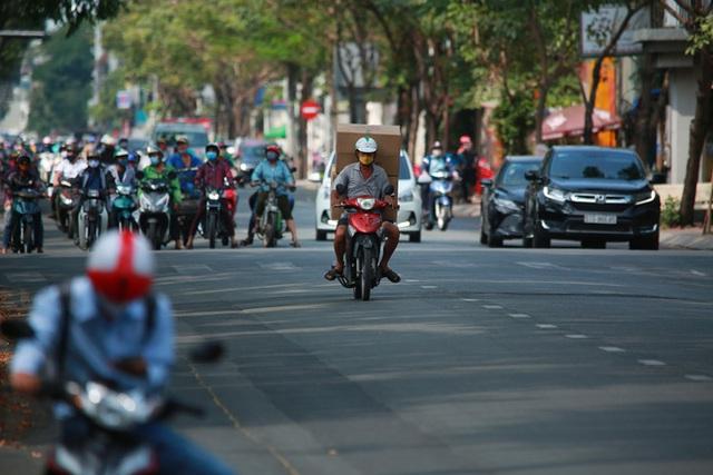 Đường vắng, người dân ở Sài Gòn vô tư vượt đèn đỏ - Ảnh 2.