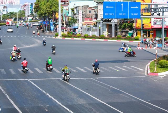 Đường vắng, người dân ở Sài Gòn vô tư vượt đèn đỏ - Ảnh 11.