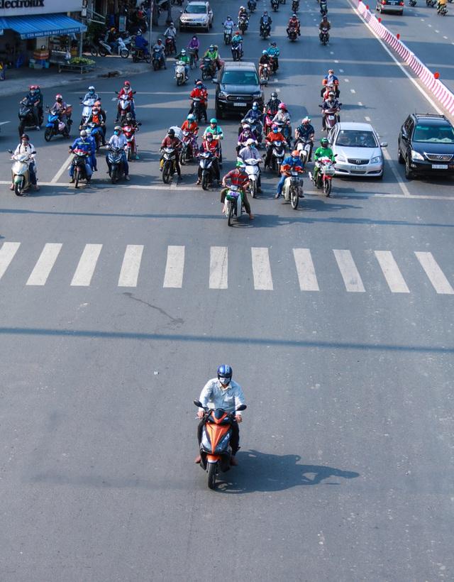 Đường vắng, người dân ở Sài Gòn vô tư vượt đèn đỏ - Ảnh 12.