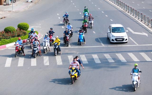 Đường vắng, người dân ở Sài Gòn vô tư vượt đèn đỏ - Ảnh 13.